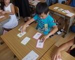 漢字カードを使う子ども