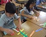パズル形式で漢字の成り立ちを知る子ども